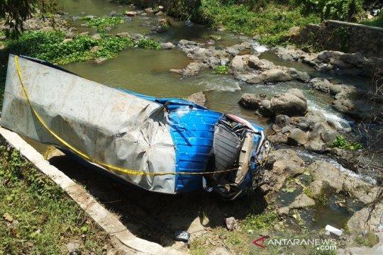 Truk bermuatan melinjo terjun ke sungai, 2 meninggal