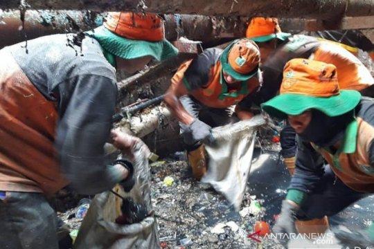 Dinas LH DKI Jakarta siagakan satgas evakuasi sampah saluran sungai