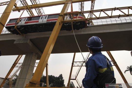Pengangkatan perdana rangkaian gerbong LRT Jabodebek