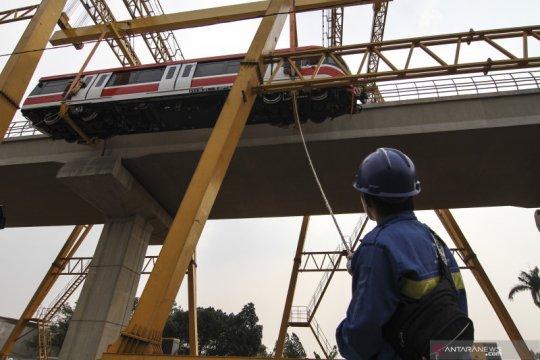 Rangkaian kereta LRT Jabodebek berhasil diangkat, begini pujian Luhut