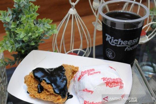 Mencoba sensasi menu kekinian serba hitam Richeese Black