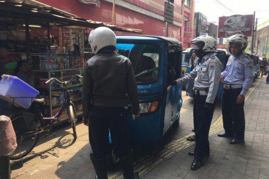 Puluhan bajaj parkir di trotoar ditertibkan di Jakarta Selatan