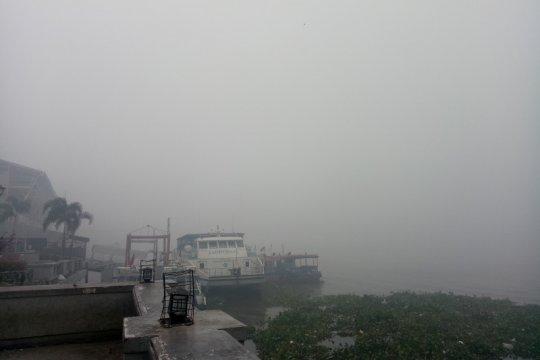 Aktivitas kapal di Sungai Musi dihentikan sementara akibat kabut asap