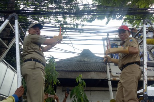 Jakarta Pusat potong kabel utilitas semrawut di Kramat Raya