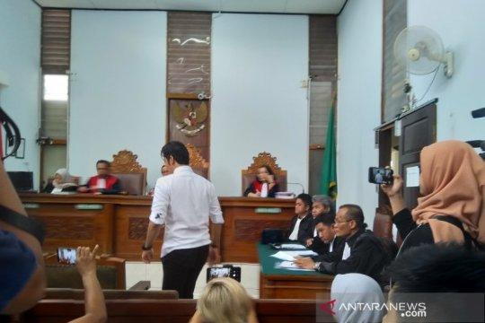 Dakwaan JPU pada Kris Hatta tidak cermat