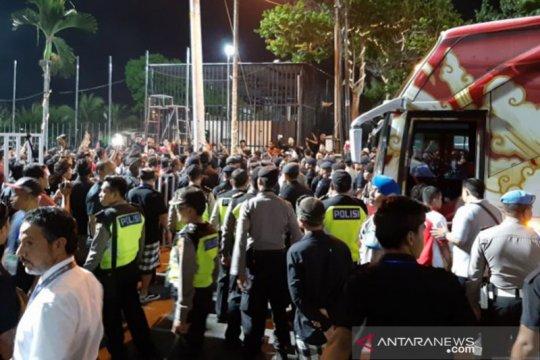 Ratusan suporter unjuk rasa usai timnas Indonesia ditaklukkan Vietnam