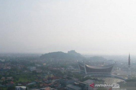 Kabut asap di Padang semakin pekat, jarak pandang turun jadi enam kilometer