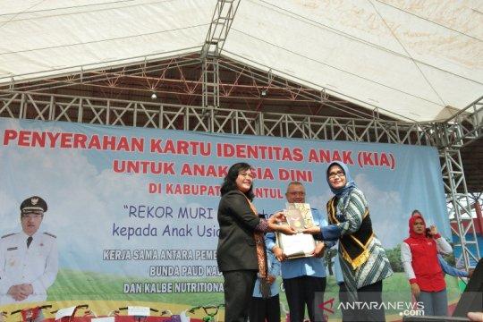 Pembagian kartu indentas untuk 10.000 anak Bantul pecahkan rekor MURI