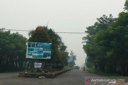 Di Solok Selatan, masyarakat mulai merasakan mata perih akibat tebalnya kabut asap
