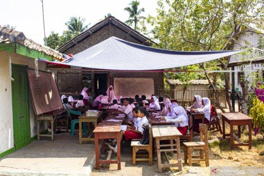 Ruang kelas darurat SD di Karawang