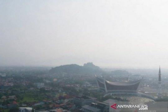 Kabut asap di Padang semakin pekat, jarak pandang jadi enam kilometer