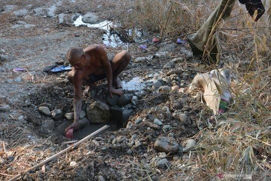 Warga menggali dasar sungai yang mengering untuk mencari air