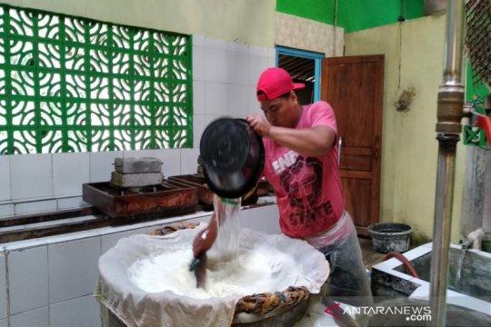 Perajin tahu Tuksono mendapat bantuan alat produksi dari BPTTG Yogyakarta