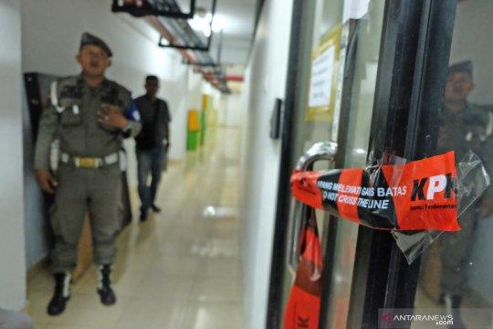 Penyegelan ruangan pasca OTT Wali kota Medan