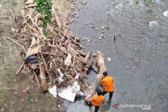 100 karung sampah Kali Ciliwung di Bogor diangkat tim gabungan