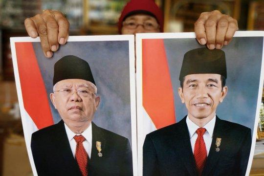 Foto Jokowi-Ma'ruf di Pasar Jatinegara berbeda dengan yang resmi