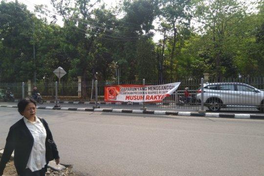 Sejumlah spanduk kawal pelantikan presiden terpasang di Pancoran