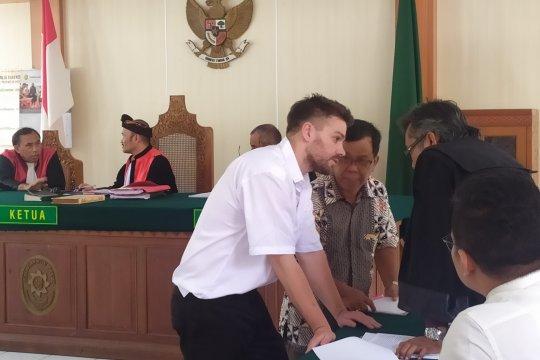 Seorang warga Australia diadili karena penganiayaan