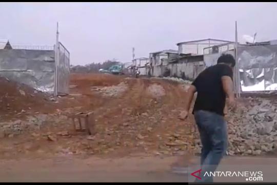 Warga Kalideres Jakarta Barat keluhkan tanah berceceran di jalan