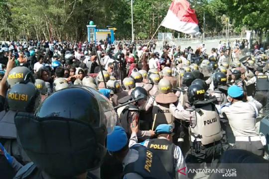 Ricuh, demo tuntut penetapan tersangka penembakan mahasiswa UHO
