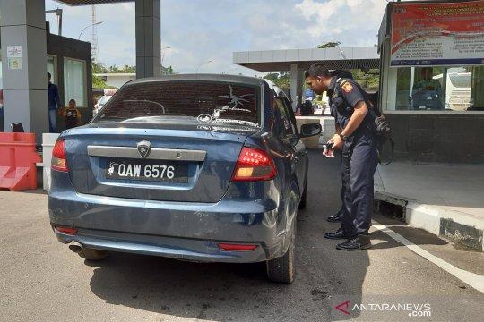 Penertiban kendaraan pelintas batas Indonesia-Malaysia di Entikong