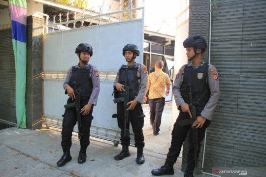 Polisi berjaga saat KPK geledah rumah Bupati Indramayu