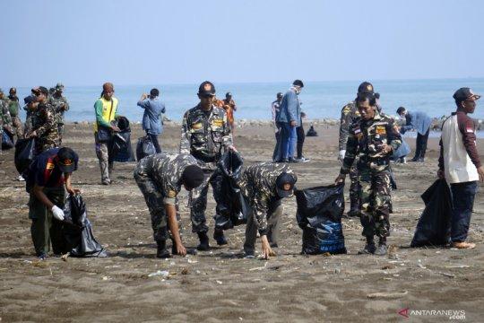 Bersih sampah pesisir pantai