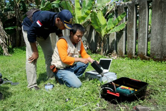 Pemasangan seismograf di Ambon