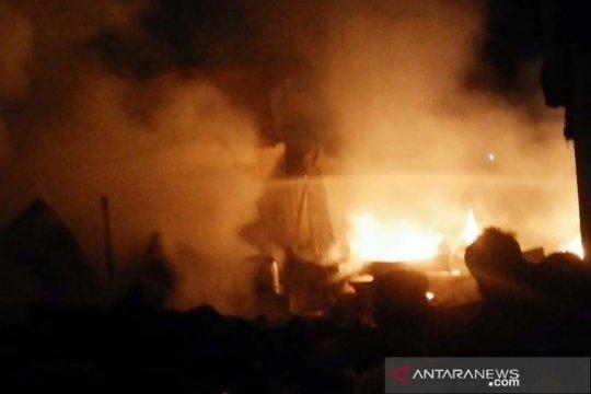 Petugas gabungan padamkan kebakaran di Pasar Cilongok Banyumas