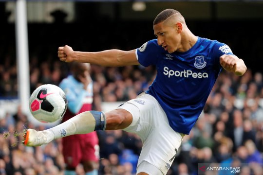 Everton kalahkan West Ham 2-0