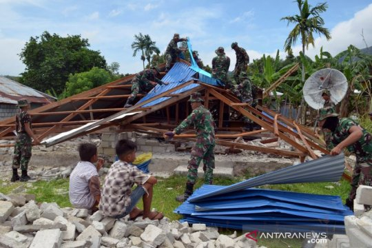 TNI-Polri bantu bongkar rumah warga yang roboh akibat gempa di Maluku