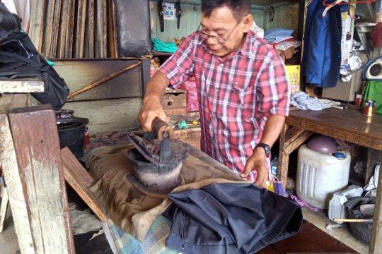 Jasa setrika arang masih bertahan di Pasar Raya Padang