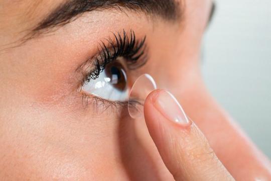 Ingin pakai lensa kontak? Perhatian empat hal ini