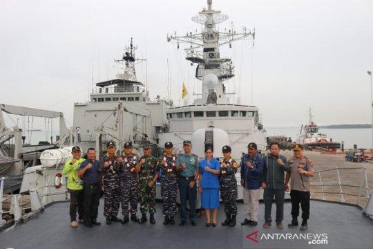 KRI Teluk Ende-517 Sandar di Pelabuhan Marine