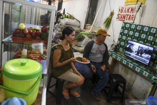 Pedagang Pasar Senen nonton bareng pelantikan presiden dan wapres