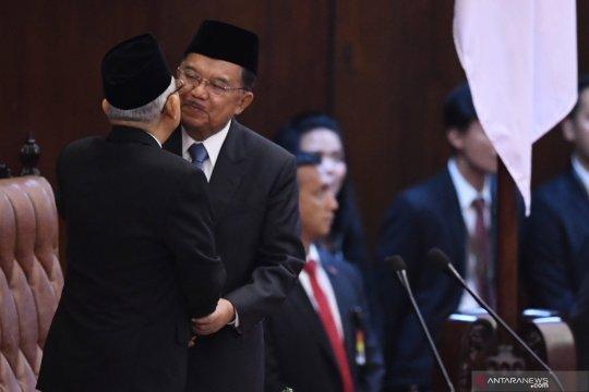 Pelantikan presiden, Jusuf Kalla dan Ma'ruf Amin saling berpelukan