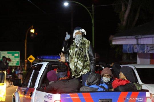 Akibat kebakaran Gunung Ranti, wisatawan dievakuasi