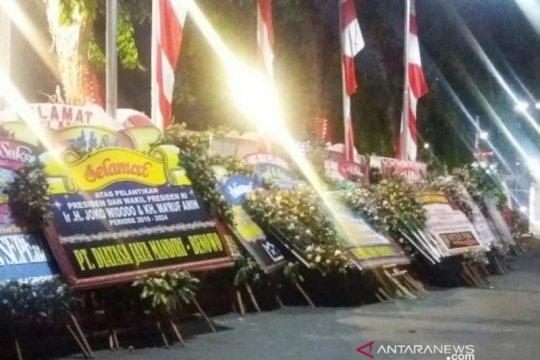 Ratusan karangan bunga selamat kepada Presiden penuhi halaman Grahadi