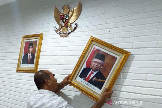 Memasang foto presiden