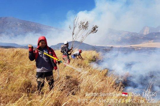 Padamkan kebakaran hutan Gunung Rinjani, ratusan personel diterjunkan