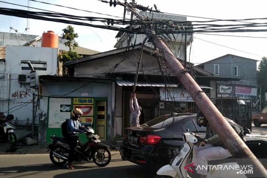 Tiang listrik roboh di Jalan Kebon Jeruk, arus lalu lintas terganggu
