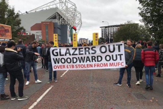 Aksi protes 'Pecat Woodward' warnai laga MU vs Liverpool