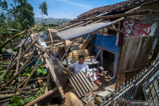 Sekitar 884 jiwa terdampak angin kencang di Kabupaten Bandung