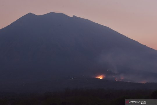 Kebakaran di lereng Gunung Agung