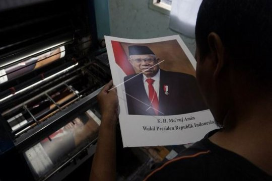 Produksi cetakan foto Presiden Joko Widodo Page 2 Small