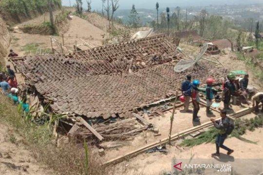 2.682 warga Magelang mengungsi, status darurat bencana angin kencang ditetapkan