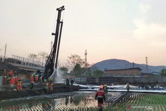 Api kebakaran pipa minyak di KM 129 Tol Purbaleunyi mulai padam
