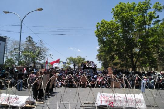 Terkait kematian dua mahasiswa UHO, keluarga korban ikut demo
