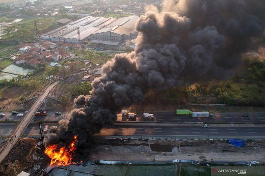 Kebakaran pipa minyak Pertamina di dekat proyek kereta cepat Jakarta-Bandung
