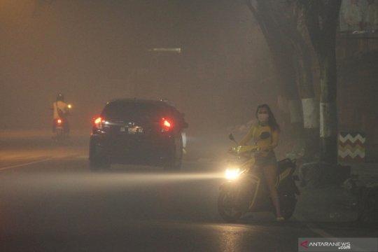 Suasana malam di Banjarmasin saat diselimuti kabut asap